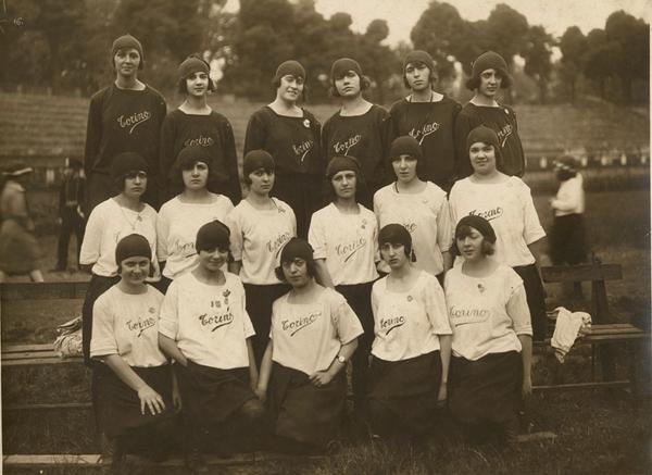 Le ginnaste della RSGT al IV Concorso Nazionale Femminile di Milano - maggio 1923. In alto (a sx), si riconosce Andreina Sacco