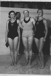 Paola Morgari (a destra), tuffatrice e ginnasta, dopo l'incontro internazionale Italia-Danimarca del 1938