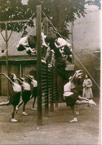 Esercizi alla spalliera nel 1929